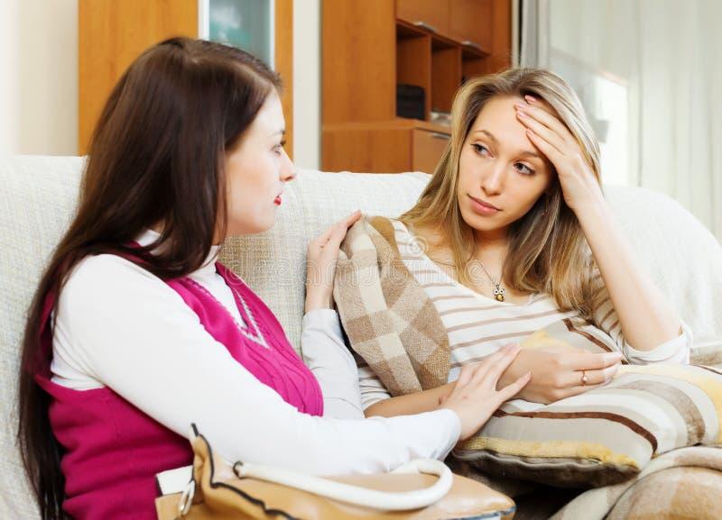 Молодая женщина утешая унылого друга стоковые изображения rf