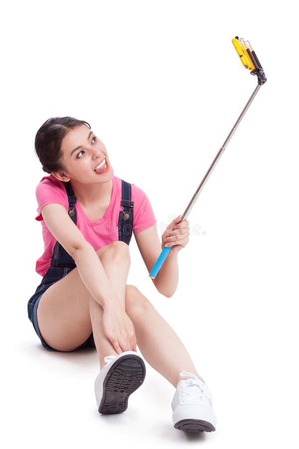 Молодая женщина фотографируя с smartphone стоковое изображение rf