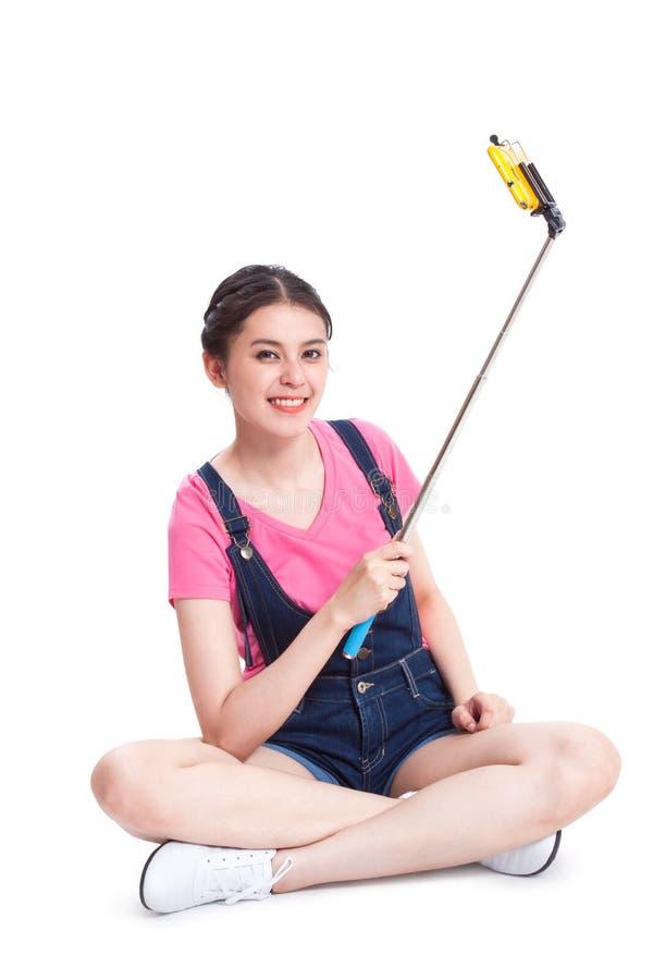 Молодая женщина фотографируя с smartphone стоковое фото rf