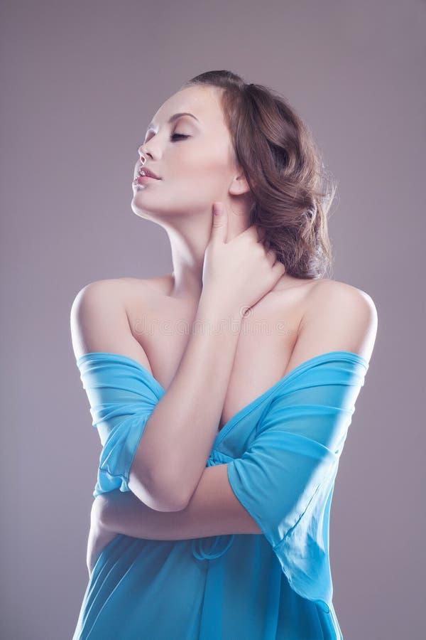 Молодая женщина Beauitiful в голубом платье стоковые фотографии rf
