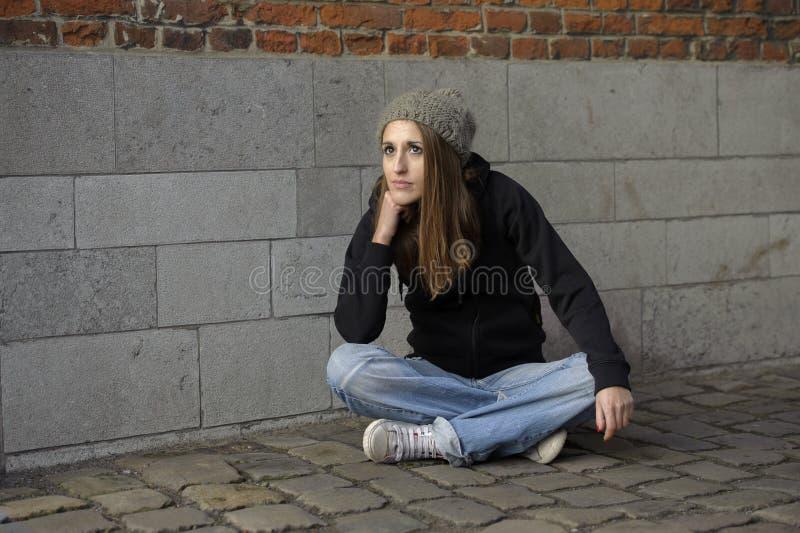 Молодая женщина Grunge унылая с связанной шляпой стоковое фото