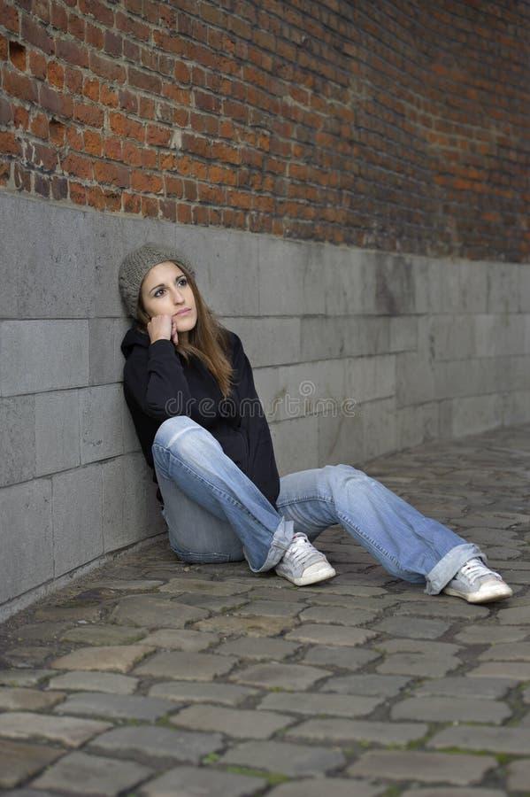 Молодая женщина Grunge унылая с связанной шляпой стоковые фотографии rf