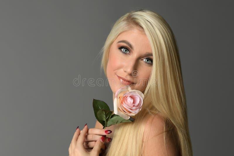 Молодая женщина hHolding подняла стоковое изображение