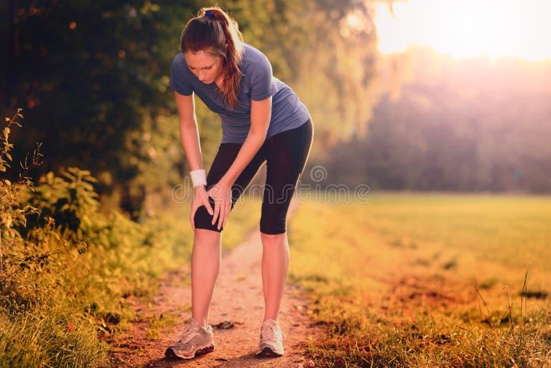 Молодая женщина limbering вверх перед тренировкой стоковое фото