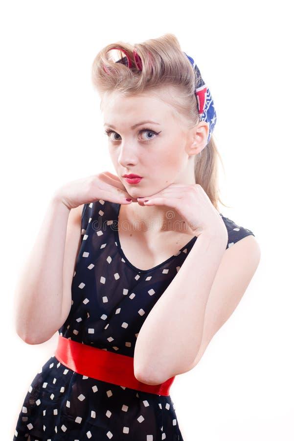 Молодая женщина Pinup в платье и победе точки польки стоковое изображение rf