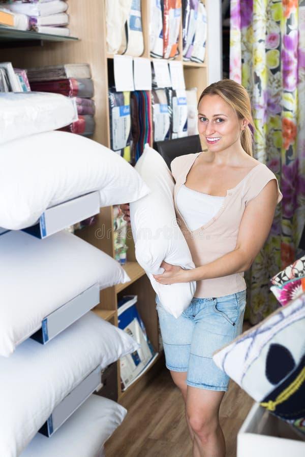 Молодая жизнерадостная женщина держа пушистую подушку стоковые фотографии rf