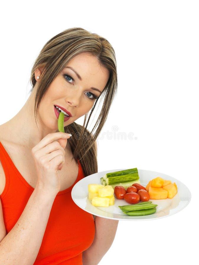 Молодая здоровая милая еда 5 женщины фрукт и овощ дня стоковое изображение rf