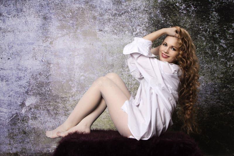 Молодая длинн-с волосами курчавая белокурая женщина стоковое фото rf