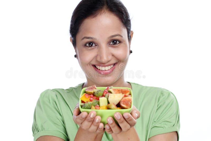 Молодая индийская салатница плодоовощ удерживания женщины стоковые фотографии rf