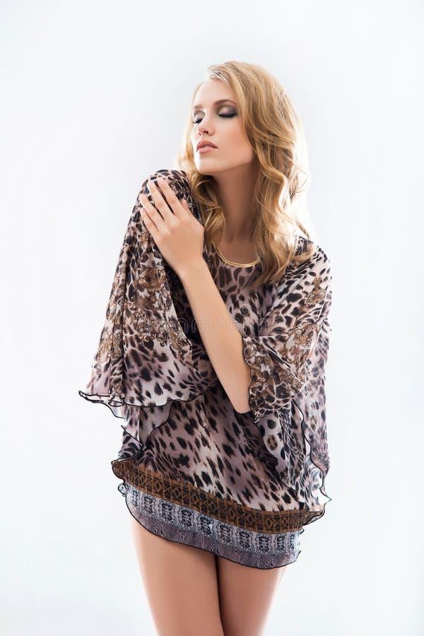 Молодая и красивая модельная девушка представляя в студии в summe моды стоковые изображения