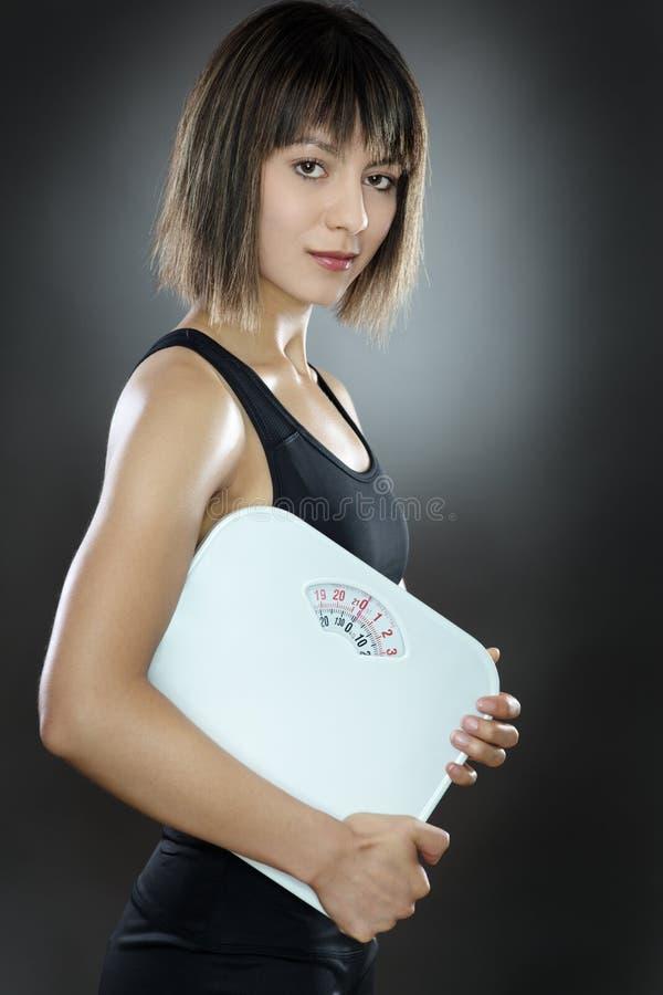 Молодая и подходящая женщина стоковая фотография