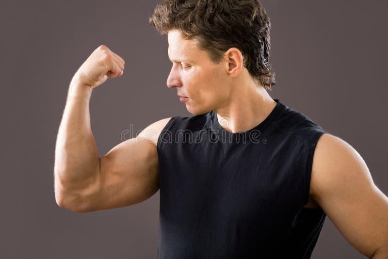Молодая и подходящая мужская модель стоковое фото rf