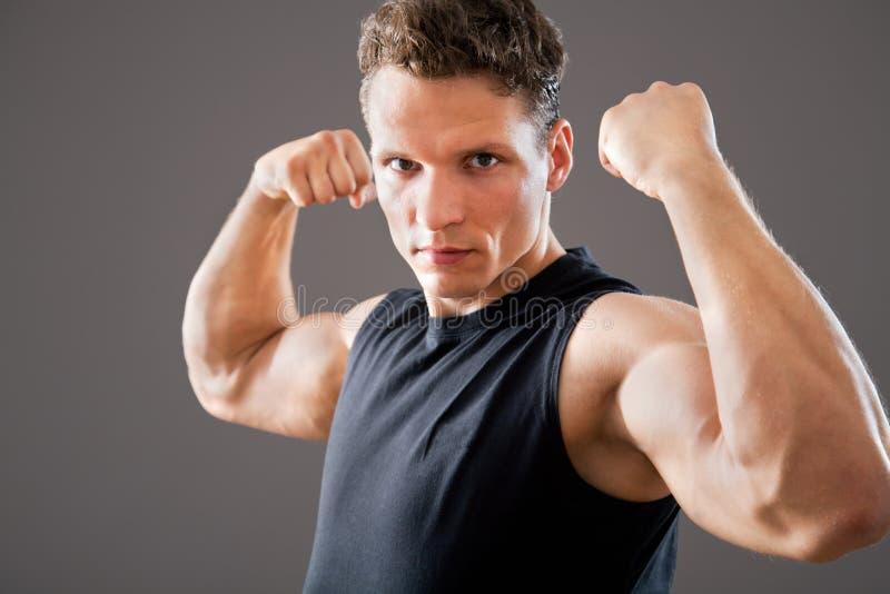 Молодая и подходящая мужская модель стоковая фотография rf