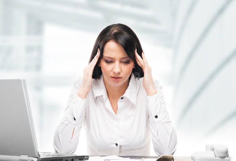 Молодая и привлекательная бизнес-леди работая в офисе o стоковые изображения