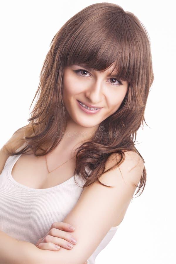 Молодая кавказская женщина с ортодонтическими кронштейнами зубов стоковые изображения rf