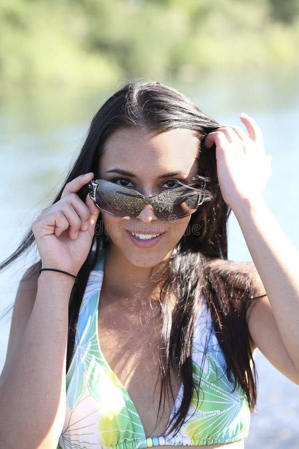 Молодая кавказская женщины верхняя часть бикини солнечных очков Outdoors стоковое изображение