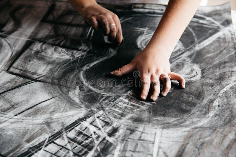 Молодая картина художника с углем стоковые изображения