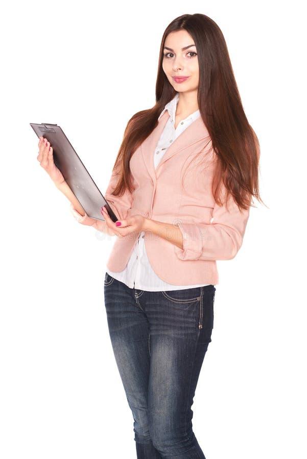 Молодая коммерсантка держа доску сзажимом для бумаги на белой предпосылке стоковое фото