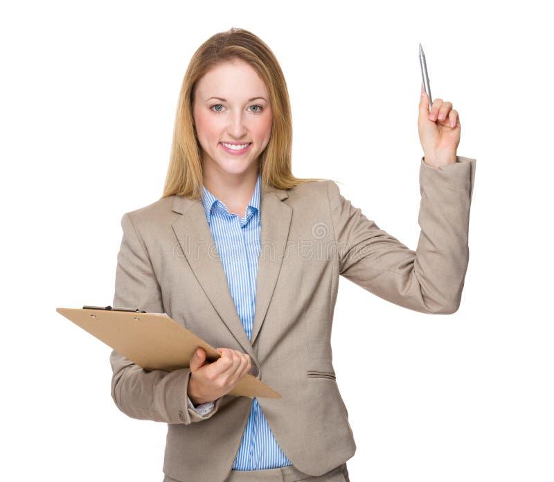 Молодая коммерсантка с доской сзажимом для бумаги получает идею стоковая фотография rf