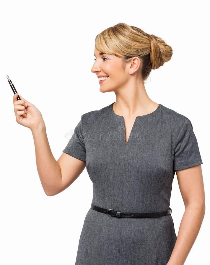 Молодая коммерсантка указывая с ручкой стоковое изображение