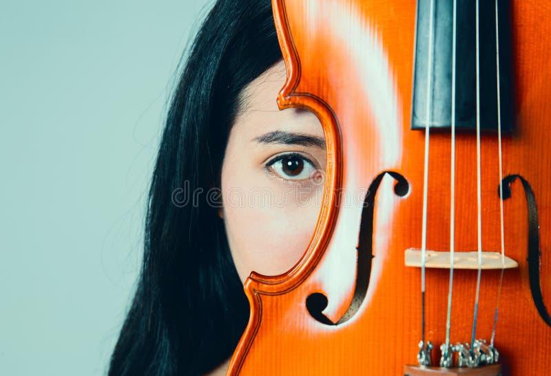 Молодая красивая азиатская девушка с ее скрипкой стоковая фотография rf