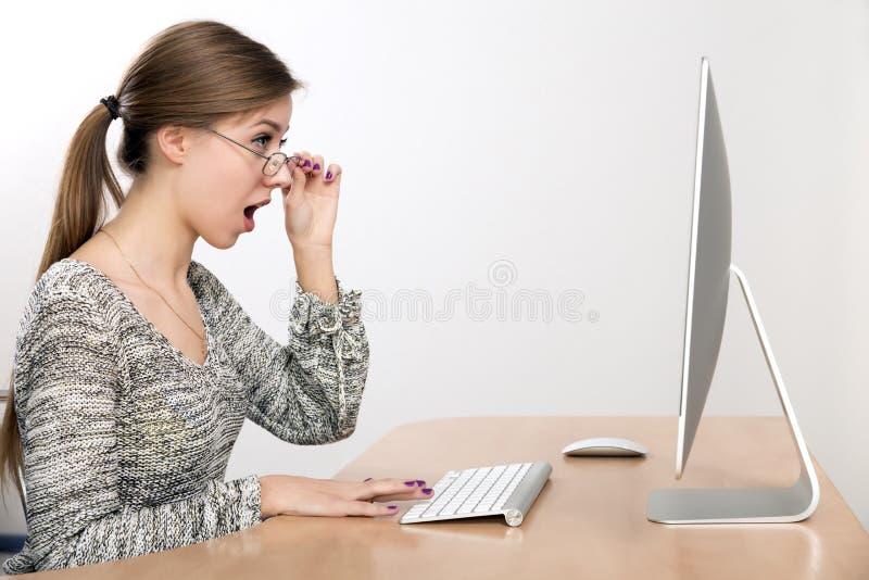 Молодая красивая дама выражает удар смотря дальше стоковое изображение rf