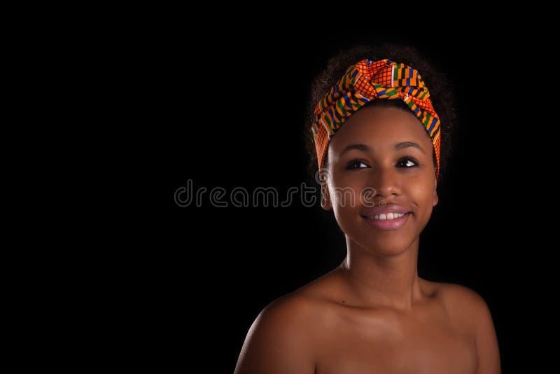 Молодая красивая африканская женщина, изолированная над черной предпосылкой стоковые фотографии rf