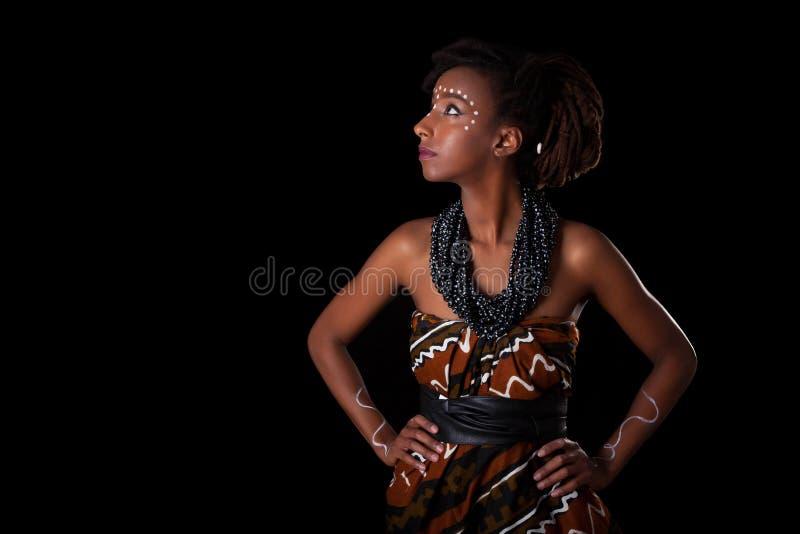 Молодая красивая африканская женщина нося традиционные одежды и j стоковое изображение
