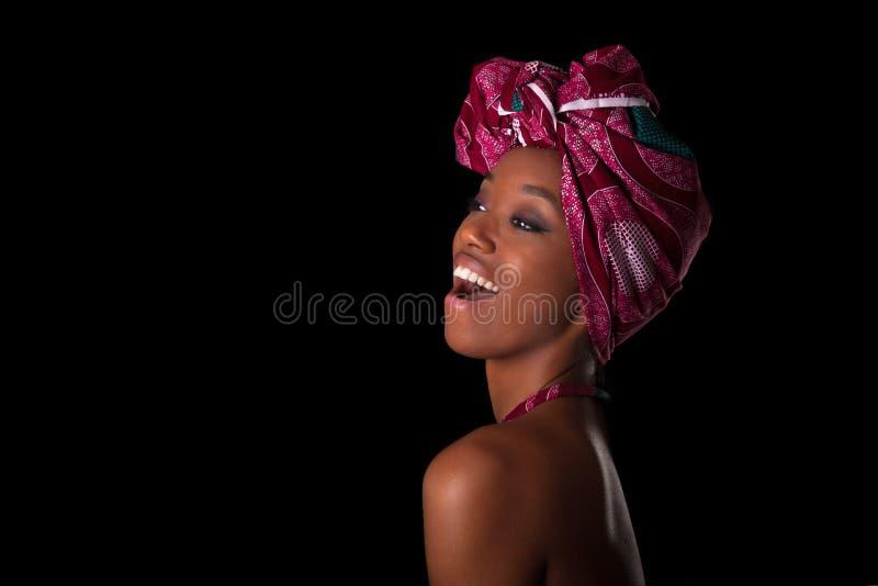 Молодая красивая африканская женщина нося традиционный головной платок, I стоковое изображение
