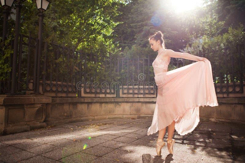 Молодая красивая балерина стоковая фотография