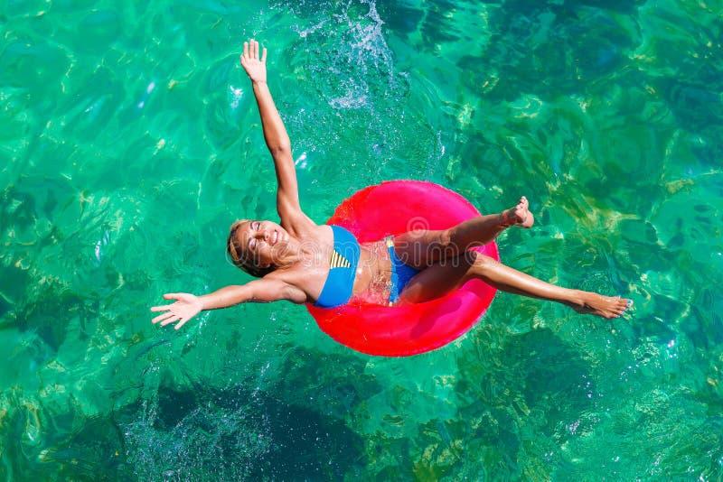 Молодая красивая девушка в бикини плавает в тропическом море на rubb стоковые изображения rf