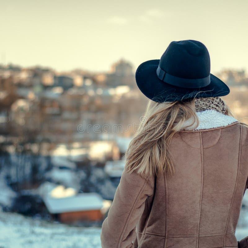 Молодая красивая девушка ждать его стоковые фото