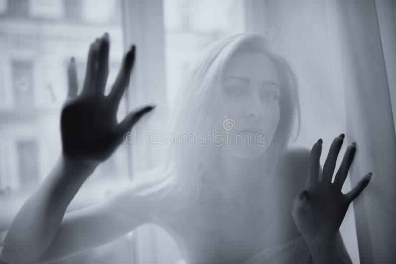 Молодая красивая девушка представляет за занавесом стоковое изображение rf