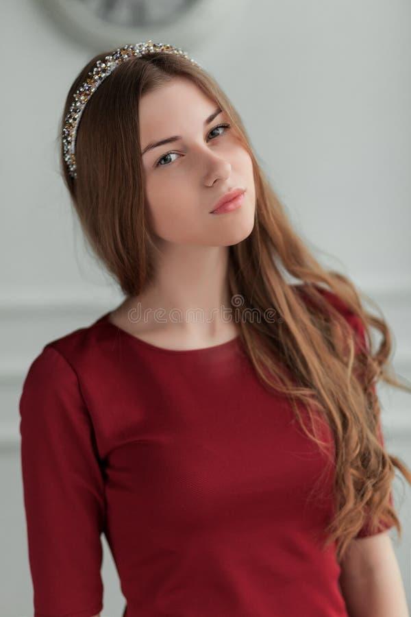 Молодая красивая девушка представляя в внутренней студии стоковые фотографии rf