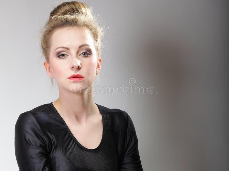 Молодая красивая девушка составляют и плюшка волос стоковое изображение