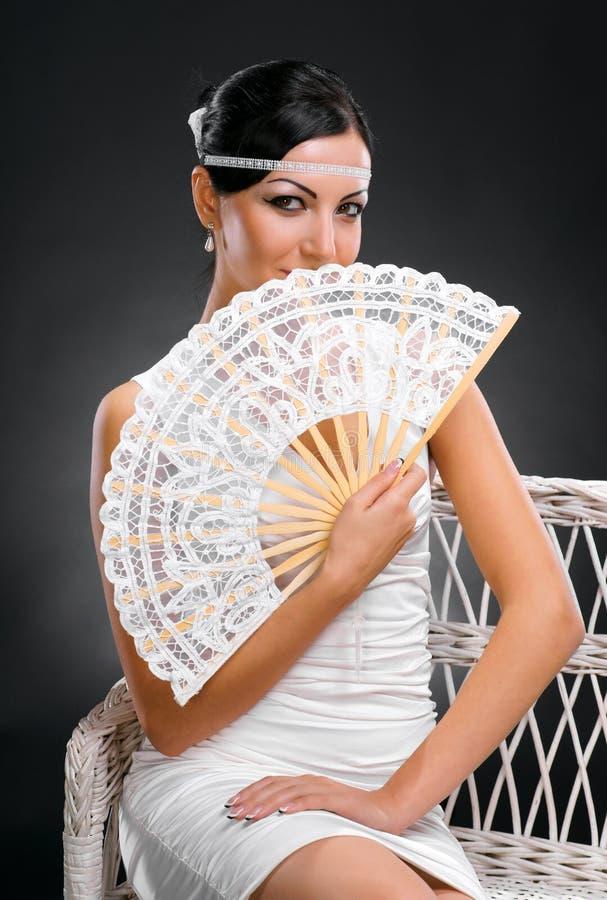 Молодая красивая девушка с вентилятором стоковые фотографии rf