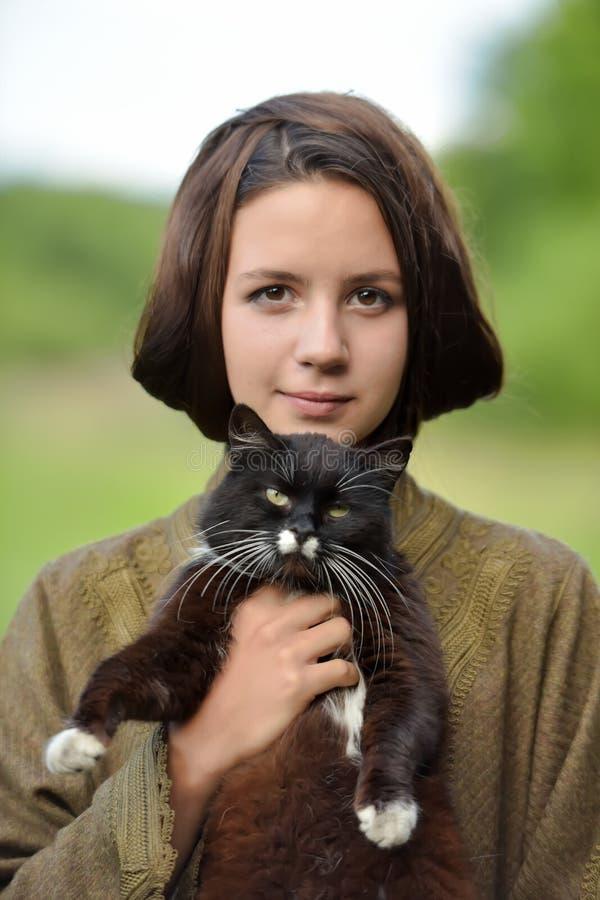 Молодая красивая девушка с котом стоковые фотографии rf