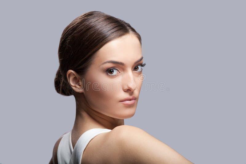 Молодая красивая женская модель в белом платье стоковые изображения