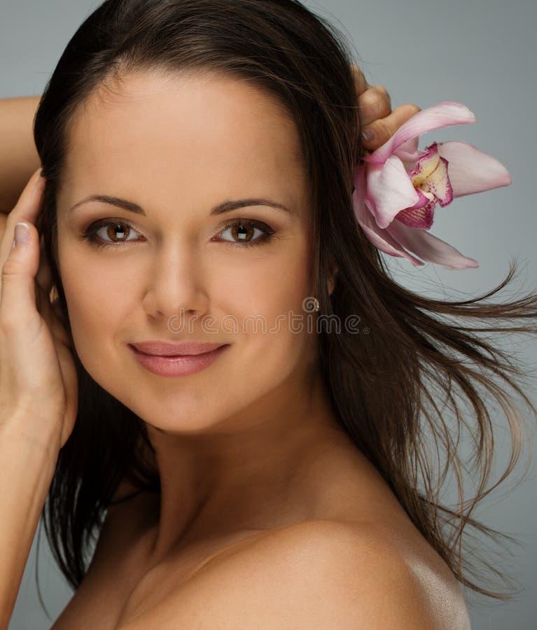 Молодая красивая женщина брюнет стоковая фотография rf