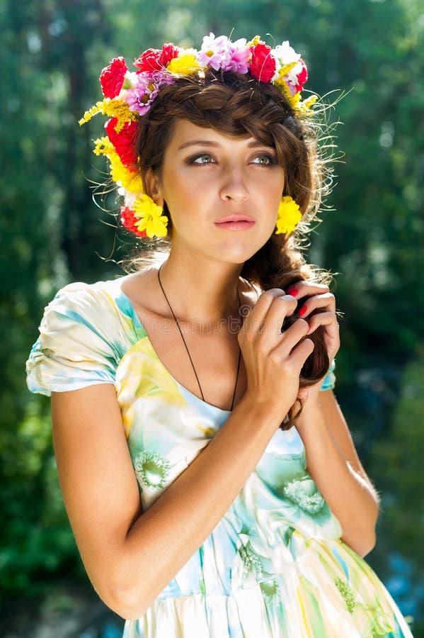 Молодая красивая женщина в венке цветков стоковая фотография