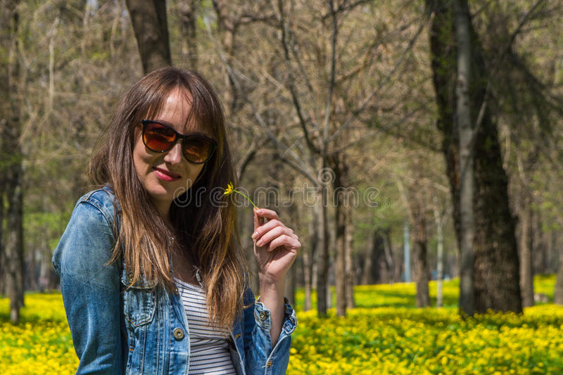 Молодая красивая женщина в желтом поле в Central Park в Alm стоковое фото