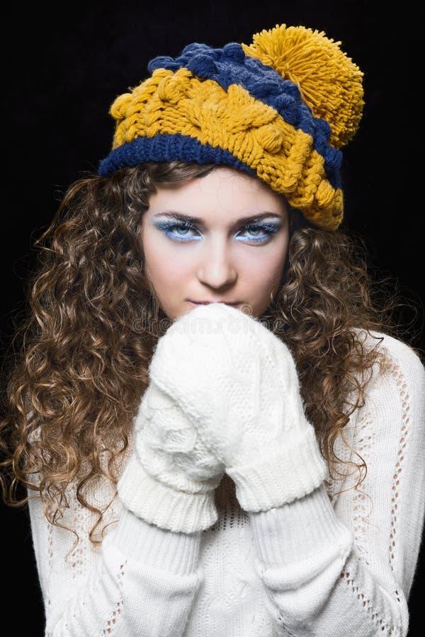 Молодая красивая женщина в связанной смешной шляпе стоковые изображения rf