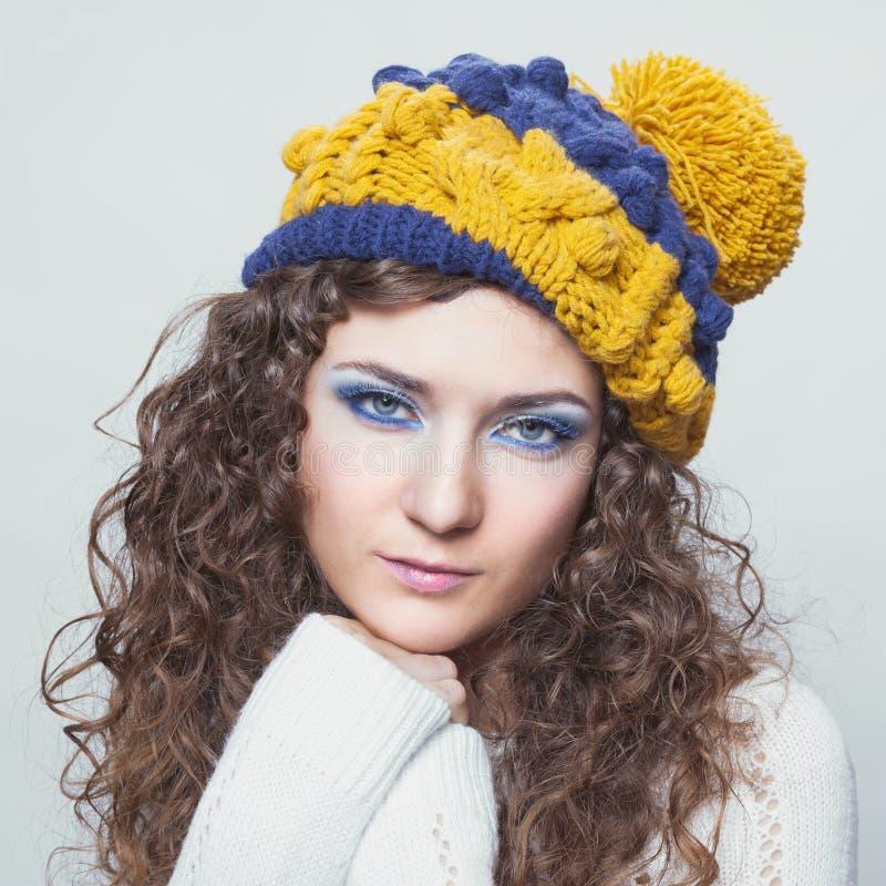 Молодая красивая женщина в связанной смешной шляпе стоковые фото