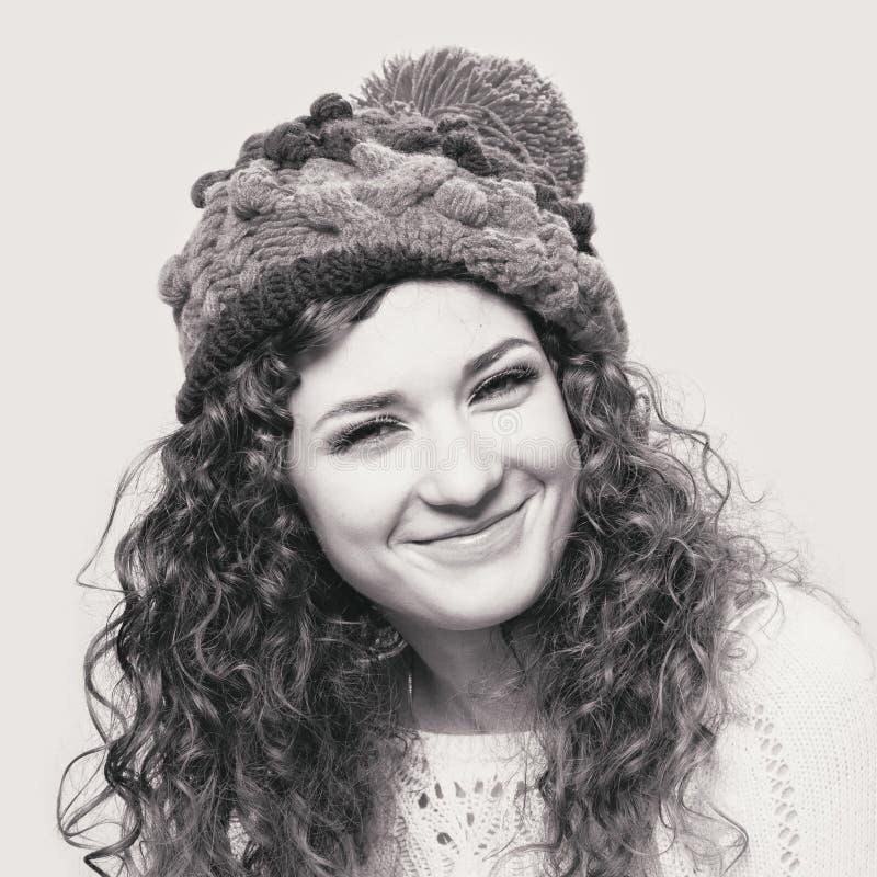 Молодая красивая женщина в связанной смешной шляпе стоковые изображения