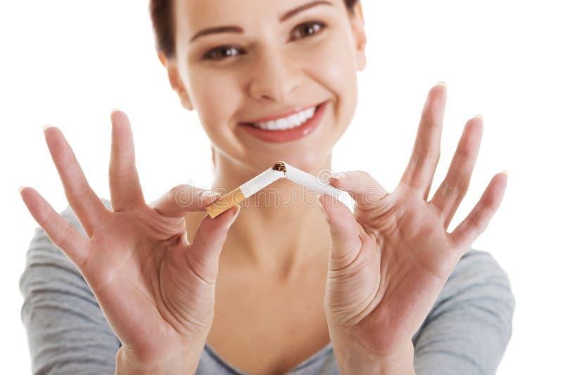 Молодая красивая женщина держа сломанную сигарету. стоковые фотографии rf