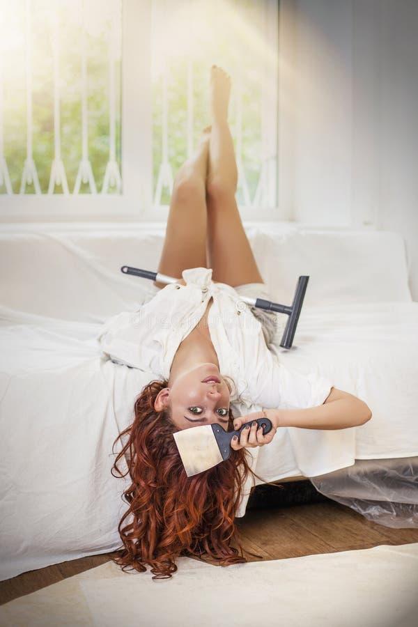 Молодая красивая женщина делая ремонты в доме с инструментами стоковая фотография rf
