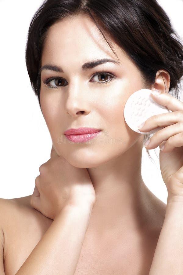 Молодая красивая женщина извлекает состав от совершенной кожи стоковые изображения rf