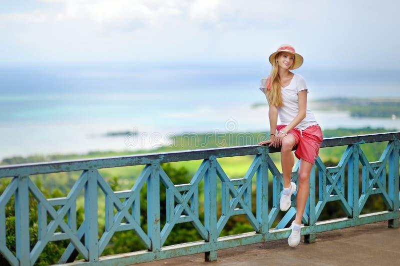 Молодая красивая женщина наслаждаясь взглядом на Маврикии стоковые фото