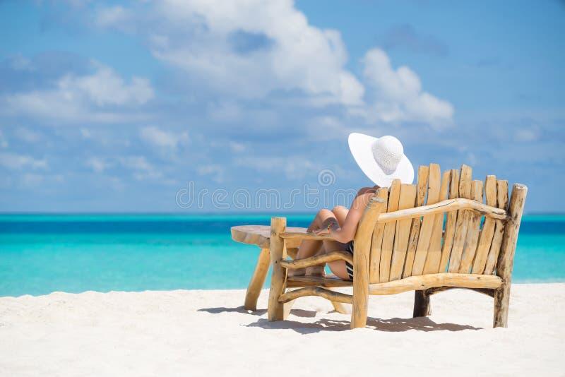 Молодая красивая женщина наслаждаясь летними каникулами, пляжем ослабляет, суммирует стоковое изображение rf