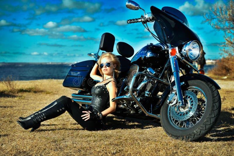Молодая красивая женщина на велосипеде стоковые изображения